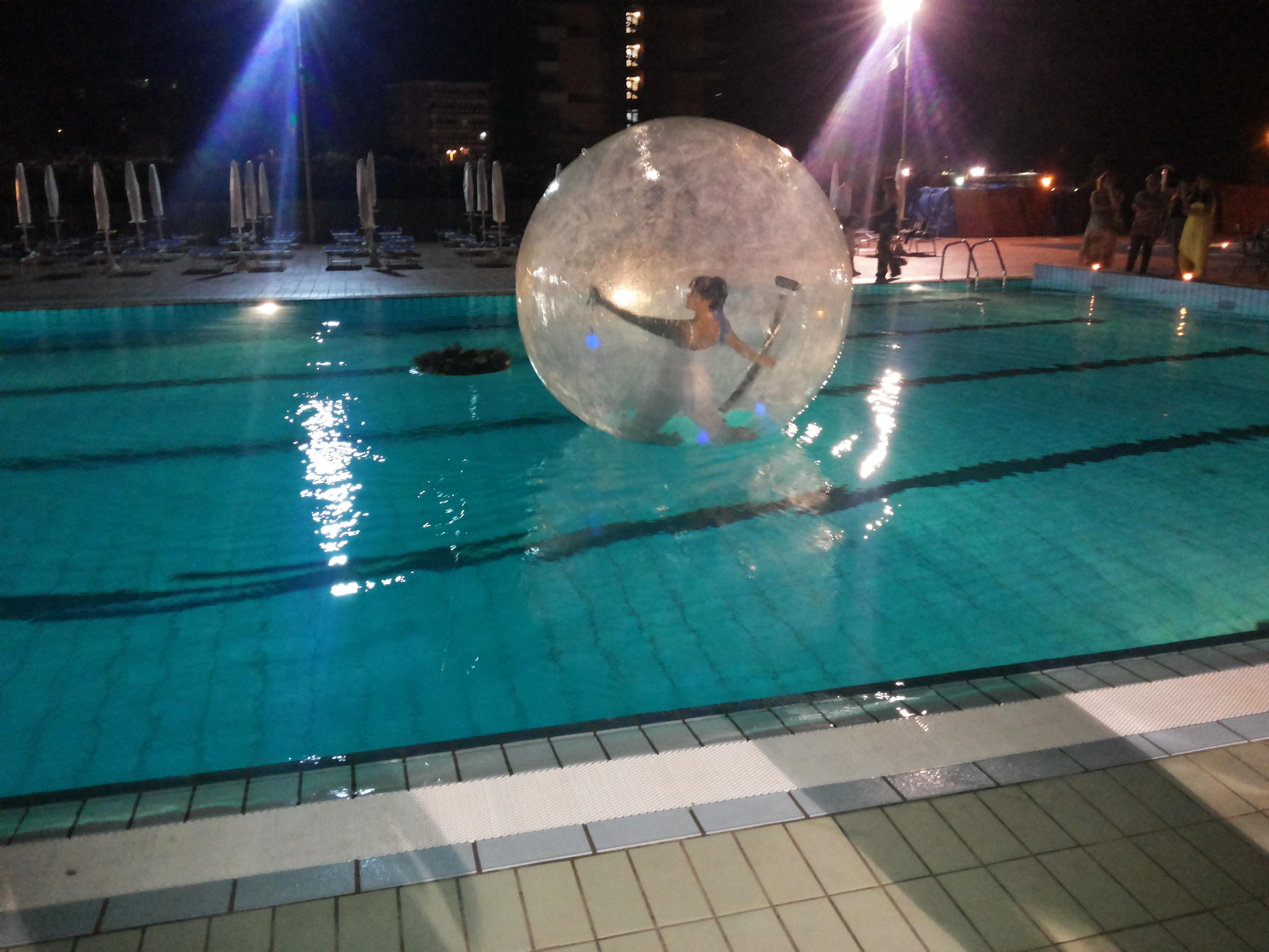 Una palla in piscina