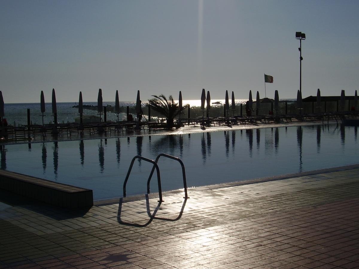 Sole alto piscina vuota 2