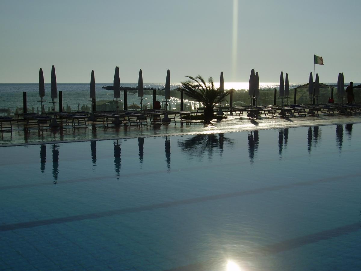 Sole alto piscina vuota